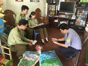 Lực lượng chức năng kiểm tra số hoá chất cơ sở bán cho khách hàng tại số nhà 51, đường Chi Lăng.