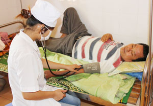 Y, bác sĩ quan tâm, chăm sóc người bệnh  tại Bệnh viện Đa khoa huyện Kim Bôi.