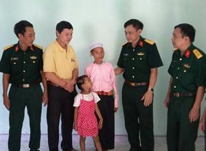 Đại diện Bộ Tư lệnh pháo binh và xưởng khai thác đá hỏi thăm, động viên gia đình tại ngôi nhà mới.