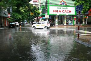 Do ảnh hưởng của cơn bão số 1, chiều ngày 27/7, trên địa bàn thành phố Hoà Bình có mưa to có nơi mưa rất to làm ngập nhiều tuyến đường trên địa bàn.  Ảnh chụp lúc 16h ngày 27/7 trên trục đừng Cù Chính Lan, phường Phương Lâm (TP Hoà Bình)