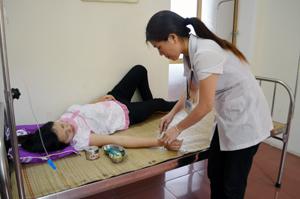 Trạm y tế xã Thu Phong (Cao Phong) được đầu tư cơ sở vật chất, trang thiết bị y tế phục vụ tốt công tác chăm sóc sức khoẻ ban đầu cho nhân dân. ảnh: Cán bộ trạm y tế xã Thu Phong điều trị cho bệnh nhân nội trú.