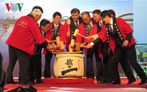 Lễ đập thùng rượu thể hiện tình hữu nghị Việt-Nhật.