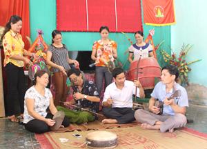 Thành viên CLB gìn giữ và bảo tồn dân ca Mường thôn Lục Đồi,  xã Kim Bình (Kim Bôi) tập luyện các tiết mục văn nghệ.