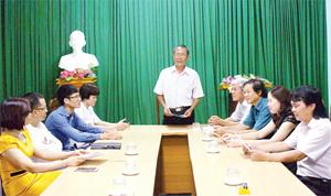 Nhạc sỹ, nhà giáo nhân dân Trương Sơn trao đổi chuyên môn cùng các hội viên  trong một buổi sinh hoạt chi hội thường kỳ.  ảnh:?p.v