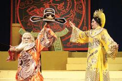 Nghệ sĩ Bạch Lê (phải, vai Ỷ Lan), NSƯT Thành Lộc (vai Lý Đạo Thành) trong vở Câu thơ yên ngựa .