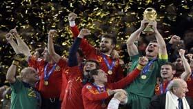 Thành công ở World Cup 2010 giúp ĐT Tây Ban Nha đòi lại ngôi vị số 1 của bóng đá thế giới từ tay Brazil.