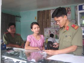 Đoàn tiến hành kiểm tra hoạt động kinh doanh mua bán điện thoại di động.