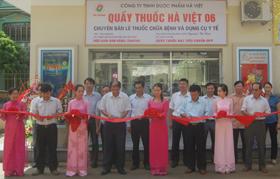 Các đồng chí lãnh đạo Sở Y tế và huyện Mai Châu cắt băng khai trương quầy thuốc GPP tại BVĐK Mai Châu