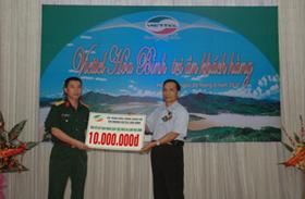 lãnh đạo chi nhánh Viettel tại Hoà Bình trao 10 triệu đồng cho Hội Nạn nhân chất độc da cam/Dioxin tỉnh.