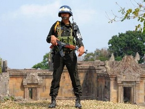 Binh sĩ Campuchia gác tại đền Preah Vihear.