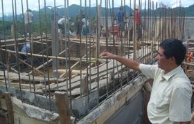 Cán bộ Trung tâm nước sạch và VSMTNT kiểm tra chất lượng vật tu xây dựng công trình nước sạch tại xã Yên Nghiệp.