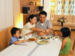 Ăn tối cùng nhau là cách hiệu quả để gắn kết cha mẹ và con cái.