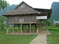 Một trong những nhà văn hóa của huyện Tân Lạc được xây dựng khuôn viên hẹp và nằm giữa cánh đồng, nên ít được sử dụng đúng mục đích