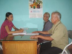 Cán bộ LĐ-TB-XH xã Thanh Hối hướng dẫn, giúp đỡ nạn nhân CĐDC lập hồ sơ đề nghị được hưởng trợ cấp theo quy định