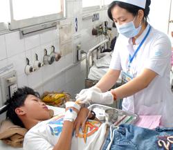 Chăm sóc cho một học sinh điều trị tại Bệnh viện Nhi đồng 1.