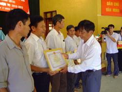 Lãnh đạo huyện Mai Châu trao giấy khen cho các cá nhân, đơn vị có thành tích xuất sắc trong phong trào