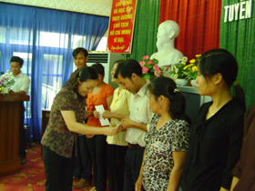 Lãnh đạo Hội Chữ thập đỏ tỉnh trao giấy chứng nhận cho các học viên.