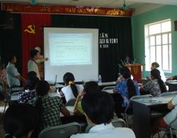 Các học viên tham gia lớp tập huấn về nước sạch và VSMT