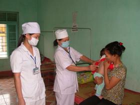 Cán bộ Trạm Y tế Khoan Dụ làm tốt công tác chăm sóc sức khỏe ban đầu cho nhân dân