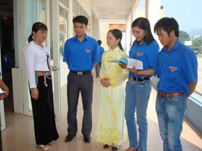 Chị Nguyễn Thị Tuyết (đứng thứ nhất từ trái sang) trao đổi kinh nghiệm hoạt động đoàn và phát triển kinh tế gia đình với ĐVTN.