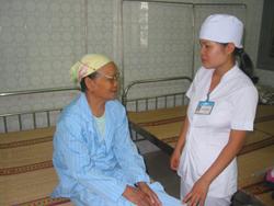Các bác sĩ Bệnh viện Đa khoa tỉnh tư vấn điều trị cho bệnh nhân đau mắt đỏ