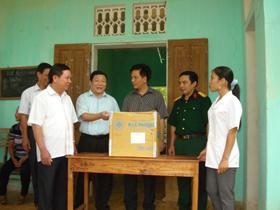 Đồng chí Bùi Văn Tỉnh, Chủ tịch UBND tỉnh nghe lãnh đạo UBND huyên Lạc Sơn và ngành y tế báo cáo tình hình bùng phát bệnh