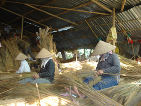 Nhiều lao động ở xã Dân Hòa có thu nhập ổn định từ nghề làm chổi chít.
