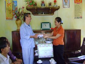 Nạn nhân CĐDC Hoàng Ngọc Vệ, thôn 2 A, xã Cố Nghĩa, Lạc Thủy nhận được sự giúp đỡ của nhiều cá nhân, tổ chức trong và ngoài tỉnh.