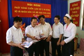 Lãnh đạo huyện Đà Bắc và xã Vầy Nưa trao đổi về nội dung cuốn sách.