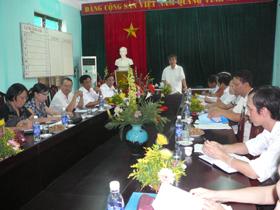 Đoàn khảo sát làm việc với trường THPT chuyên Hoàng Văn Thụ.