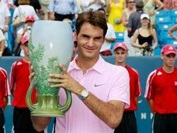 Tay vợt Roger Federer với danh hiệu vô địch giải Cincinnati