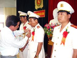 Với những chiến công xuất sắc, Thượng tá Nguyễn Ngọc Quang (giữa) đã được Đảng, Nhà nước trao tặng Huân chương Chiến công hạng Ba