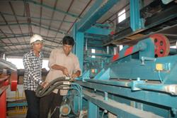 Công nhân Công ty CP phát triển công nghệ mới gạch không nung HD Hòa Bình lắp ráp dây chuyền sản xuất gạch thân thiện môi trường