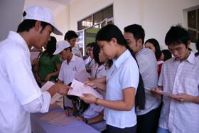 Thanh thiếu niên háo hức đăng ký hiến máu tình nguyện