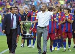 Trước trận đấu, CLB Barca biểu dương lực lượng bằng việc diễu hành  Cúp VĐ La Liga 2009/10.