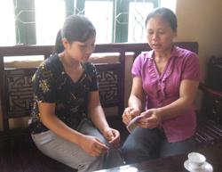 Cộng tác viên dân số xã Tây Phong tuyên tryền tới chị em phụ nữ các biện pháp tránh thai hiện đại.