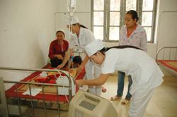 Đội ngũ cán bộ y tế của trạm y tế xã vùng cao luôn nhiệt tình đảm bảo công tác chăm sóc sức khỏe ban đầu cho bệnh nhân