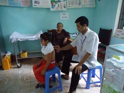Cán bộ Trạm y tế thị trấn Vụ Bản thực hiện khám bệnh cho nhân dân địa phương