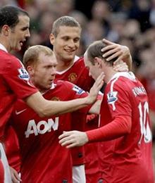 Đồng đội vây quanh chúc mừng Rooney trở lại với thói quen ghi bàn