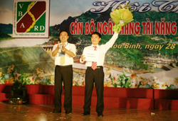 Lãnh đạo NHNo&PTNT tỉnh trao thưởng cho các đội đoạt giải