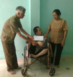 Hội Nạn nhân CĐDC/Đioxin TPHB thăm hỏi, tặng quà nạn nhân CĐDC Tô Ngọc Quang, phường Đồng Tiến (TPHB).