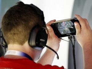 Người chơi đang thử nghiệm PlayStation Vita. (Nguồn: Reuters)