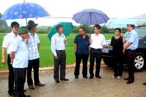 Đồng chí Trần Đăng Ninh, Phó Chủ tịch UBND tỉnh thị sát tình hình đảm bảo giao thông trên tuyến đường 12B.