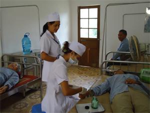 Các y, bác sỹ Phòng khám quân - dân y Chăm Mát  tận tình chăm sóc người bệnh.