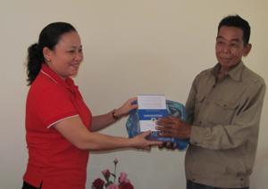 Lãnh đạo Hội CTĐ tỉnh trao quà và sổ tiết kiệm cho gia đình nạn nhân chất độc da cam.