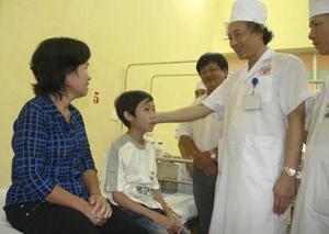 PGS TS Triệu Triều Dương và cháu Nguyễn Trọng Hữu trước khi ra viện.