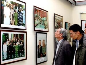 Những người kính yêu Đại tướng tìm hiểu những bức ảnh về Đại tướng Võ Nguyên Giáp trong buổi triển lãm tại Hà Nội.