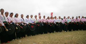 Âm nhạc cồng chiêng - KGVHCC của dân tộc Mường hình thành và phát triển liên tục, bền vững cả về  số lượng,  chất lượng.  ảnh: Dàn cồng chiêng của huyện Tân Lạc trong lễ hội Khai hạ 2011. ảnh: HD