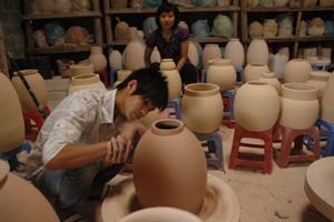 Nghệ nhân trẻ được đào tạo tại cơ sở sản xuất Gốm Lương – xã Tân Vinh (Lương Sơn).