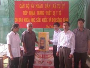 Ông Trần Sĩ Tuấn – TBT Báo Sức khoẻ và Đời sống trao tặng trang thiết bị y tế cho xã Tu Lý.